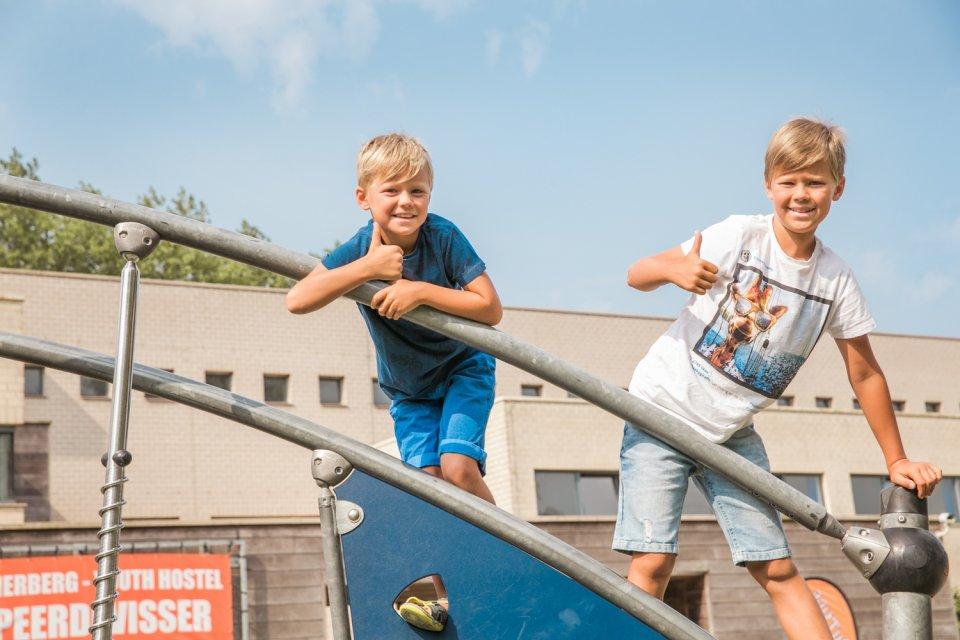 Twee jongens in de speeltuin