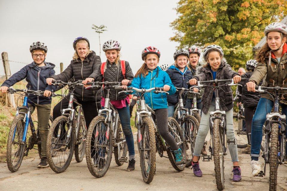 Groep kinderen op de mountainbike