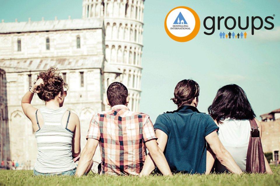Groep jongeren voor de Toren van Pisa