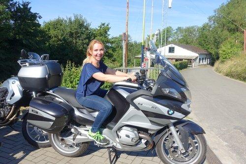 Motorweekend - Beheerster Joyce test de motors uit