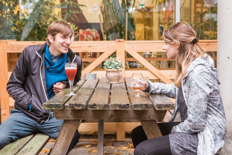Twee jongeren drinken iets op het terras