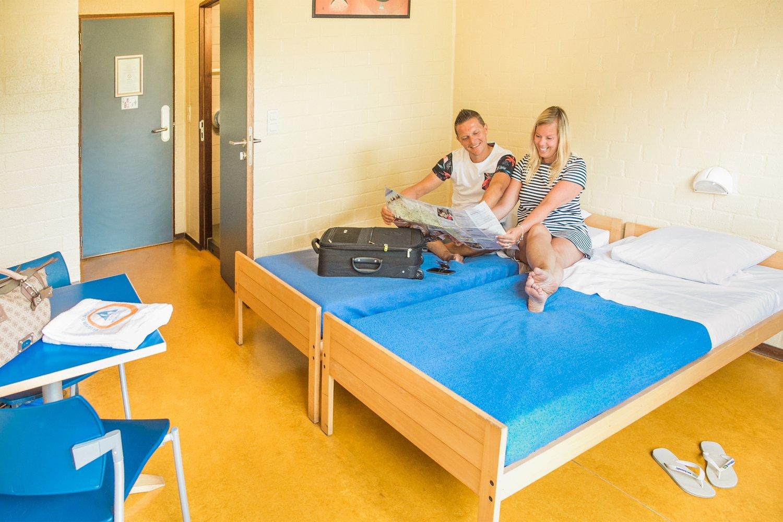 Koppel in een tweepersoonskamer
