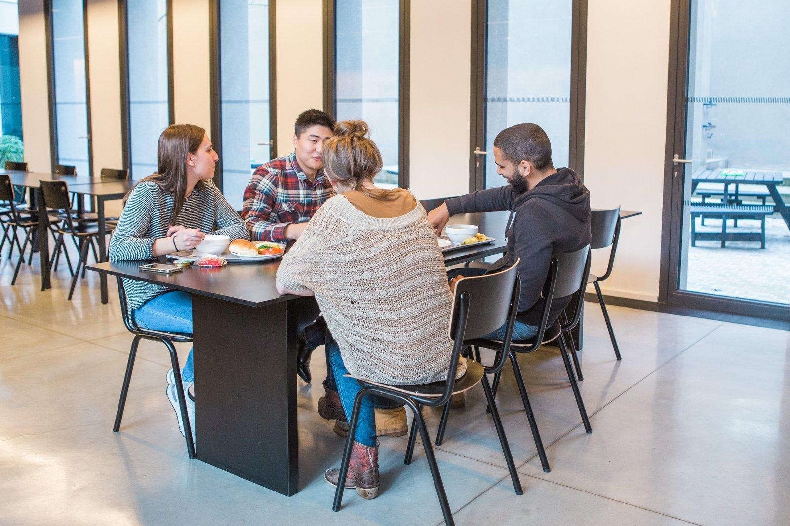 Jongeren lunchen in de eetzaal