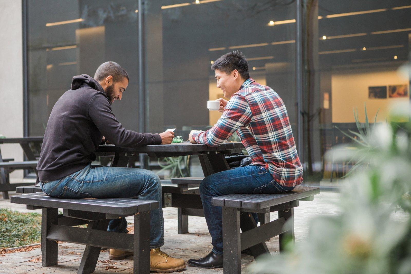 Jongeren drinken koffie op het binnenplein van hostel Pulcinella