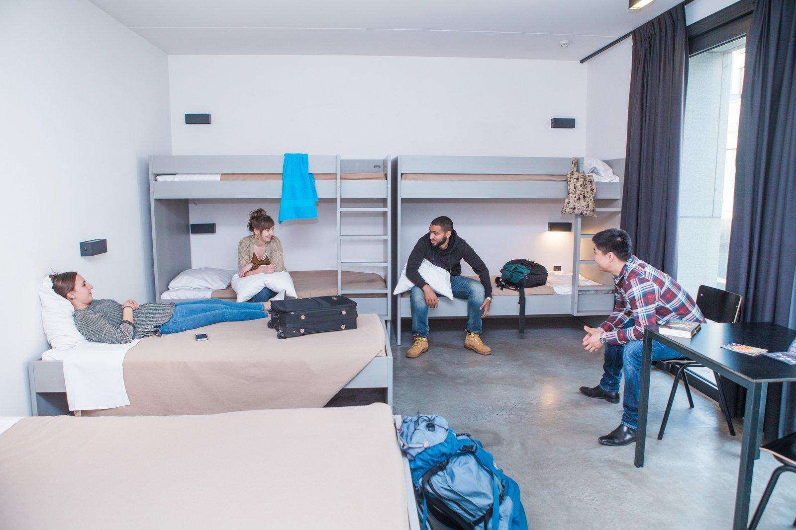 Jongeren in een kamer van hostel Pulcinella