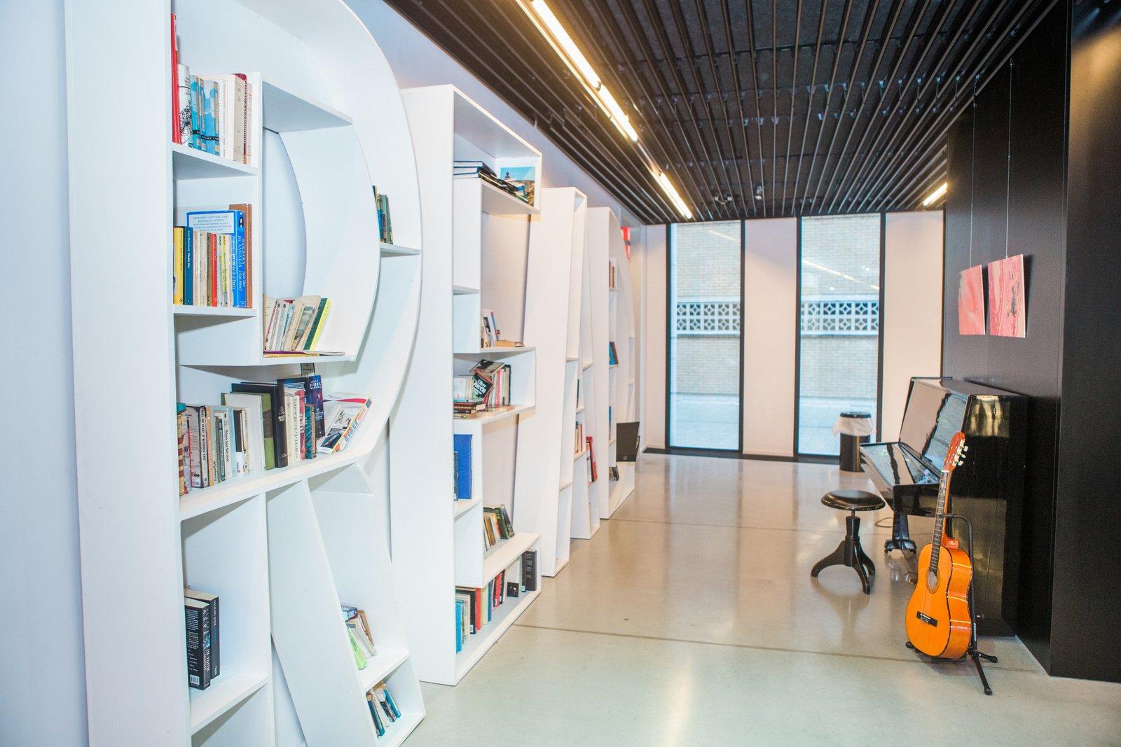 De lounge en bibliotheek van hostel Pulcinella