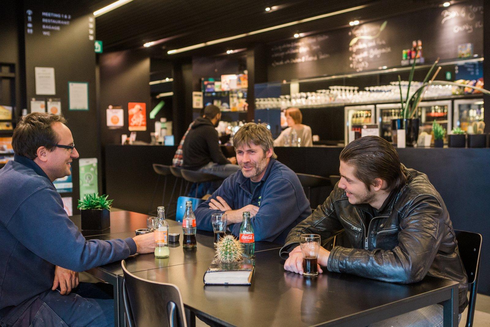 Gasten in de bar van hostel Pulcinella