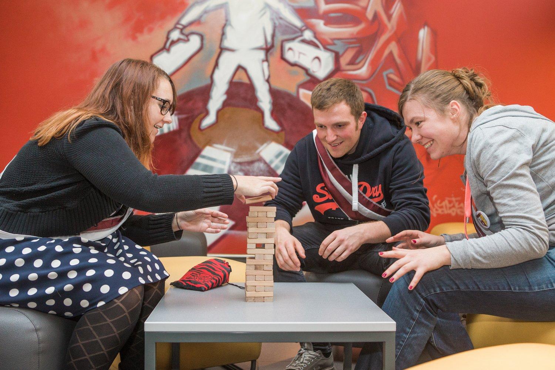 Studenten spelen een spel in de bar