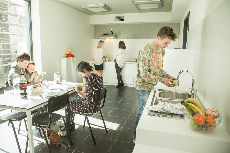 Hôtes dans la cuisine commune