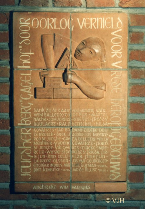 gedenkplaat  'Door oorlog vernield, voor vrede weer opgebouwd'