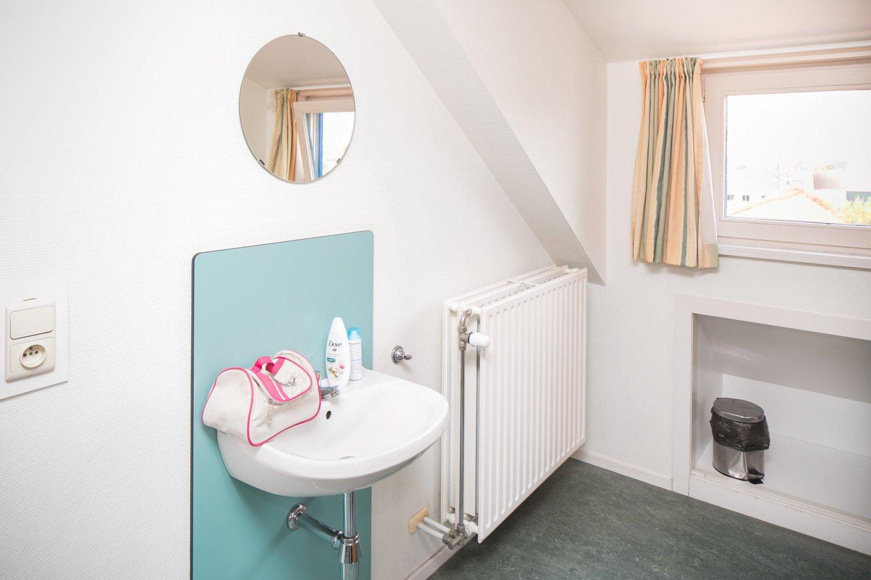 Kamers met gemeenschappelijke badkamer, lavabo op de kamer