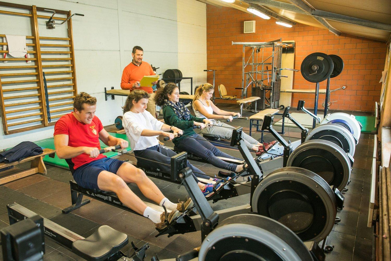 Groep aan het roeien in de fitnessruimte