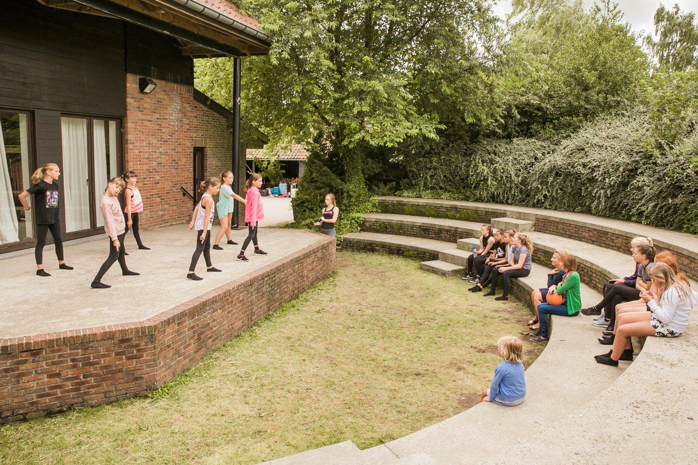 Kinderen voeren een show op in het amfitheater