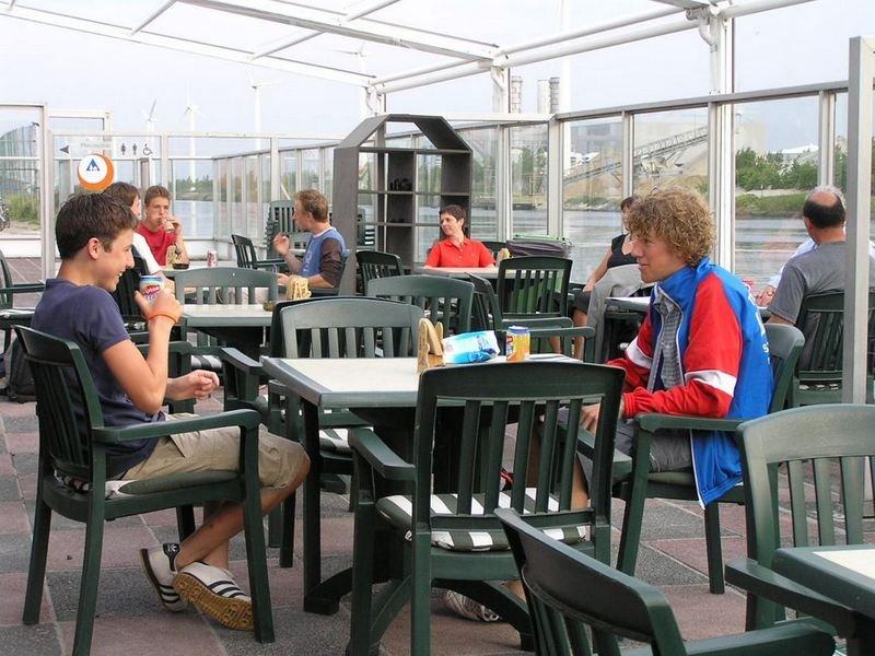 Jongeren drinken iets op het terras