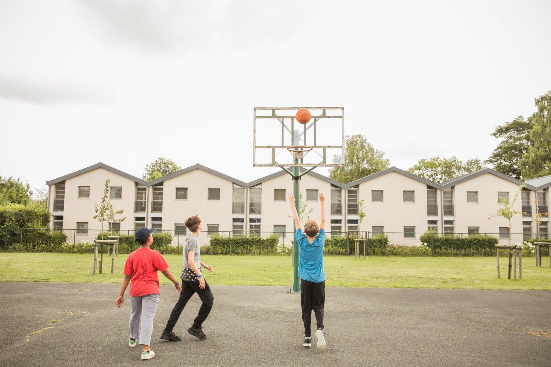 Jongeren spelen een wedstrijdje basketbal