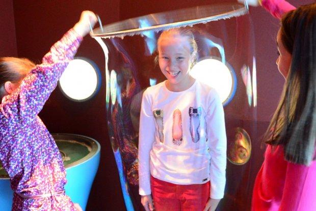 Kinderen experimenteren in Hidrodoe