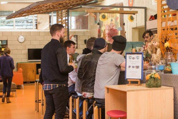 Jongeren aan de bar van hostel De Zandpoort