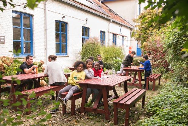 Gasten in de binnentuin van hostel De Wullok