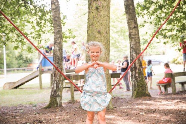 Kinderen spelen in de speeltuin van de jeugdherberg