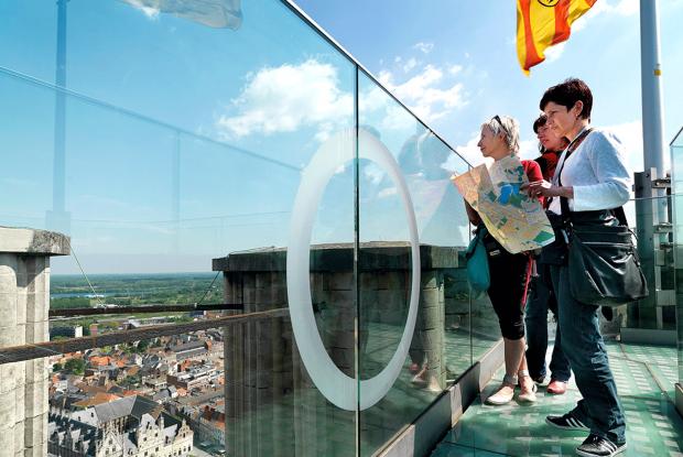 Toeristen op de skywalk van de Sint-Romboutstoren