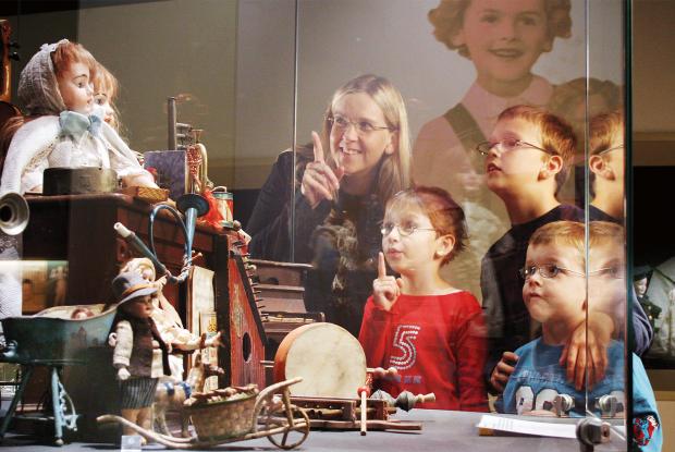 Kinderen op ontdekking in het speelgoedmuseum