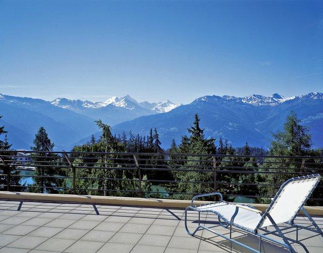 Zonneterras met uitzicht over de bergen